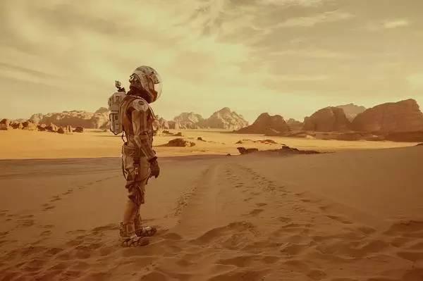 把科幻小说改编成电影,《火星救援》对《三体》有什么启示?